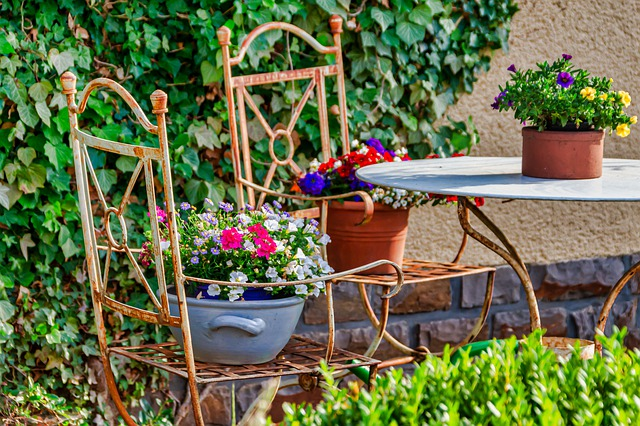 květináče na židlích