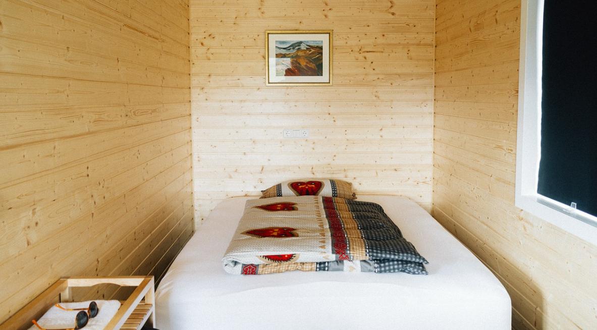 postel a pokoj